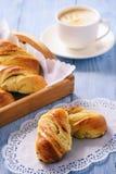 Domowej roboty słodkie chlebowe rolki faszerować z serem Obrazy Stock