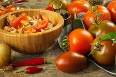 Domowej roboty sałatka pomidoru, sera i chili pieprze, dietetyczne jedzenie zdrowe zdrowe śniadanie Obraz Royalty Free