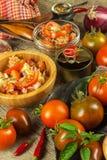 Domowej roboty sałatka pomidoru, sera i chili pieprze, dietetyczne jedzenie zdrowe zdrowe śniadanie Zdjęcia Royalty Free