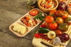 Domowej roboty sałatka pomidoru, sera i chili pieprze, dietetyczne jedzenie zdrowe zdrowe śniadanie Zdjęcie Royalty Free