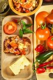 Domowej roboty sałatka pomidoru, sera i chili pieprze, dietetyczne jedzenie zdrowe zdrowe śniadanie Zdjęcie Stock