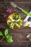 Domowej roboty sałatka z figami, koźlim serem i sosnowymi dokrętkami, Obraz Stock