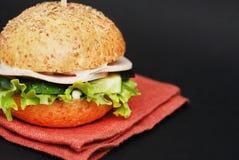 Domowej roboty Serowy hamburger lub hamburger na Pomarańczowej pielusze nad Czarnym tłem Fast food dla śniadania lub lunchu zdjęcie royalty free