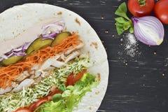 Domowej roboty Shawarma z kurczaka mięsa polędwicowymi i Świeżymi warzywami nad Drewnianą czerni deską Kulinarni procesy zdrowa ż Zdjęcie Royalty Free