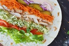 Domowej roboty Shawarma z kurczaka mięsa polędwicowymi i Świeżymi warzywami nad Drewnianą czerni deską Kulinarni procesy zdrowa ż Zdjęcia Stock