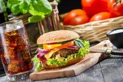 Domowej roboty smakowity hamburger i kola z lodem Fotografia Royalty Free