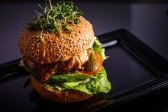 Domowej roboty smakowity hamburger z wołowiną, serem i karmelizować cebulami, zdjęcia stock