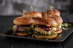 Domowej roboty soczyści hamburgery z wołowiną, serem i karmelizować cebulami, fotografia royalty free