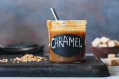 Domowej roboty solony karmelu kumberland w słoju zdjęcia royalty free