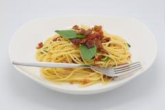 Domowej roboty suchy wieprzowina spaghetti na bielu fotografia stock