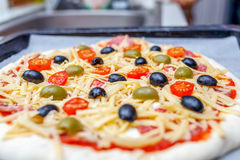 Domowej roboty surowa pizza przed piec Fotografia Royalty Free