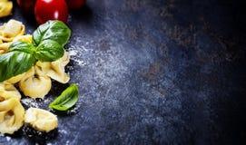Domowej roboty surowi Włoscy tortellini i basilu liście Obraz Stock