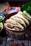 Domowej roboty tacos z minced mięsem w pomidorowym kumberlandzie z świeżymi pomidorami, ogórkami, chili i miękkim serem, Meksykań Obraz Stock