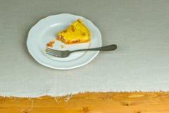 Domowej roboty tarta serdecznie ptysiowy ciasto, kawałek na bielu talerzu Obraz Stock