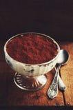 Domowej roboty tiramisu tort w szklanym ramekin i dwa łyżkach obraz stock