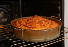 Domowej roboty toczny kulebiak z gotuje w piekarniku fotografia royalty free
