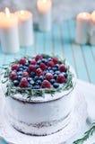 Domowej roboty tort dekorował jagody na talerzu nad drewnianym turkusowym tłem Obrazy Royalty Free