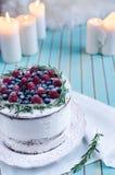 Domowej roboty tort dekorował jagody na talerzu nad drewnianym turkusowym tłem Zdjęcie Royalty Free