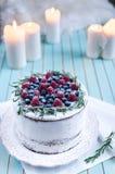 Domowej roboty tort dekorował jagody na talerzu nad drewnianym turkusowym tłem Zdjęcia Stock