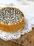 Domowej roboty tort z dokrętki bezy masła śmietanką i dekorujący z zawijasami ciemna czekolada Kyiv tortowy lub tortowy lot Polet Zdjęcie Stock
