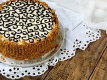 Domowej roboty tort z dokrętki bezy masła śmietanką i dekorujący z zawijasami ciemna czekolada Kyiv tortowy lub tortowy lot Polet Zdjęcia Royalty Free