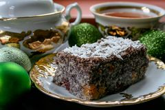 Domowej roboty tort z makowymi ziarnami słuzyć na talerzu z filiżanka kawy obraz royalty free