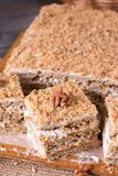 Domowej roboty tort z miodem, orzechy włoscy, śmietanka na drewnianym biurka tle fotografia royalty free