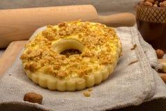 Domowej roboty tort z zdruzgotanym arachidu zakończeniem Zdjęcia Stock