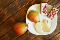 Domowej roboty torty i plasterki czerwony bonkrety kłamstwo w białym talerzu na drewnianym stole robić sosnowe deski Bufet w aute obraz stock