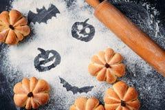 Domowej roboty torty w formie bania i Halloween dekoracje na stole, odgórny widok Halloweenowi cukierki zdjęcia stock