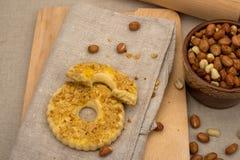 Domowej roboty torty z zdruzgotanymi arachidami i wałkownicą Fotografia Stock