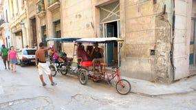 Domowej roboty trójkołowiec. Havana stare ulicy. fotografia stock