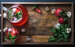Domowej roboty truskawki mennicy lemoniada słuzyć z świeżymi jagodami i lodem nad drewnianym tłem, odgórny widok, kopii przestrze Obraz Stock
