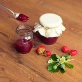 Domowej roboty truskawkowy dżem w słojach (marmolada) Zdjęcie Royalty Free