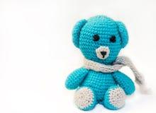 Domowej roboty trykotowy niedźwiedź na stole obrazy royalty free