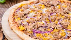 Domowej roboty tuńczyk pizza zdjęcie royalty free
