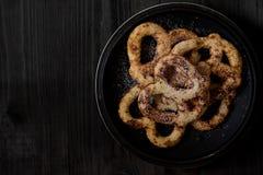 Domowej roboty twarogowy ciasto z cukieru proszkiem na starym ciemnego czerni drewnianym tle zdjęcia stock
