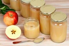 Domowej roboty utrzymany jabłczany puree w słojach zdjęcia stock