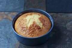 Domowej roboty wanilia tort w niecce Fotografia Stock