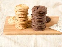 Domowej roboty waniliowi i kakaowi ciastka na drewnianej tacy fotografia royalty free