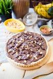 Domowej roboty weganinu Avocado Czekoladowy tort z arachidami i bananem, Pionowo widok zdjęcie royalty free
