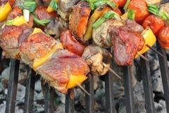 Domowej roboty wołowiny Shish kebaby z pieprzami i pieczarkami obrazy royalty free