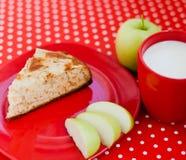 Domowej roboty wypiekowy jabłczany kulebiak z filiżanką mleko Obraz Stock