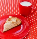 Domowej roboty wypiekowy jabłczany kulebiak z filiżanką mleko Zdjęcie Royalty Free