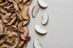 Domowej roboty wysuszeni organicznie jabłko plasterki z świeżym jabłkiem szczerbią się na byli Obrazy Royalty Free