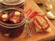 Domowej roboty wysuszeni pomidory w szklanym słoju obraz royalty free
