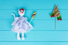 Domowej roboty zabawka w postaci kota trzyma kolorowego cukierek blisko lo Zdjęcia Stock
