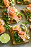 Domowej roboty zdrowe kanapki z łososiem i avocado Fotografia Stock