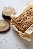 Domowej roboty zdrowego glutenu bezpłatny cukier uwalnia ciasto Wholegrain tort z migdałami, len i amarantowi ziarna w pieczeniu, fotografia stock