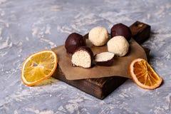 Domowej roboty zdrowego weganinu czekoladowi candys z miodem i koksem Obrazy Royalty Free